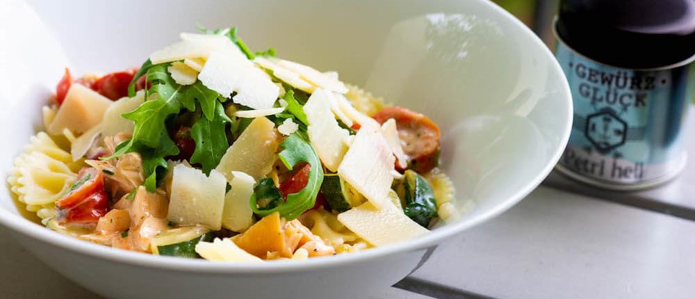 Pasta mit Zucchini und Räucherlachs rezept